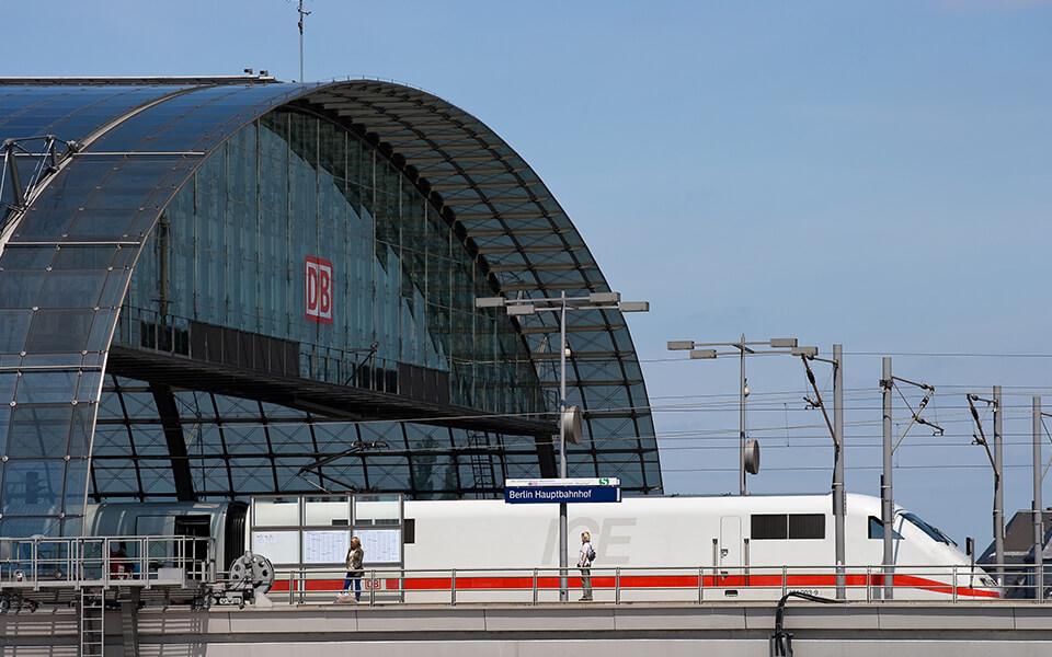 Hauptbahnhof Berlin Außenansicht Zugausfahrt
